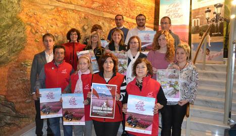 """Autoritats i voluntaris de la campanya """"Aitona en flor""""."""