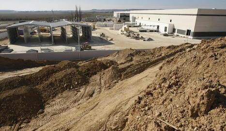 Treballs a les instal·lacions de l'escorxador de Binèfar, que obrirà d'aquí a unes setmanes.