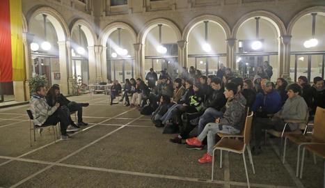 Estudiants de la UdL, ahir a la nit en assemblea, abans de dormir al Rectorat.