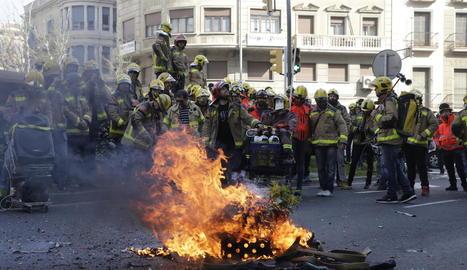 Davant de la delegació del Govern van cremar material obsolet i van tirar ous a la façana de l'edifici.