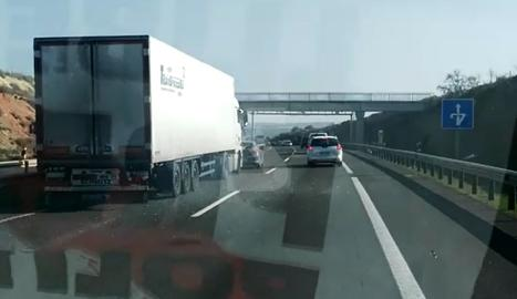 Un camió envesteix un cotxe que es dirigia en marxa lenta a la manifestació de Tàrrega
