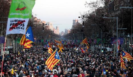 Desenes de milers de persones van atapeir ahir la Diagonal de Barcelona en una gran manifestació.