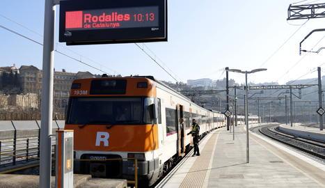 El primer tren de la línia R4 que ha circulat aquest divendres.