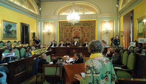 Al ple, PDeCAT i ERC van mostrar cartells de 'llibertat' i Crida i Comú, de 'llibertat presos polítics'.