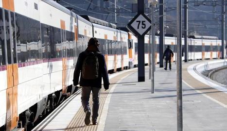 Dos passatgers abans de pujar ahir al tren a Manresa en direcció a Sant Vicenç de Castellet.