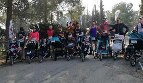 El grup de participants de la pionera cursa de carros de nadons abans de la prova.