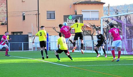 Un jugador de l'Artesa de Segre encara i retalla davant la pressió de dos defensors del Juneda.