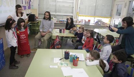 Çagla i Nico, durant una classe d'anglès en la qual ajuden la professora a ensenyar l'idioma.