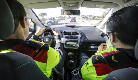 Una patrulla d'un vehicle espiell dels Mossos d'Esquadra en un control a la carretera LP-3322 a Vila-sana.