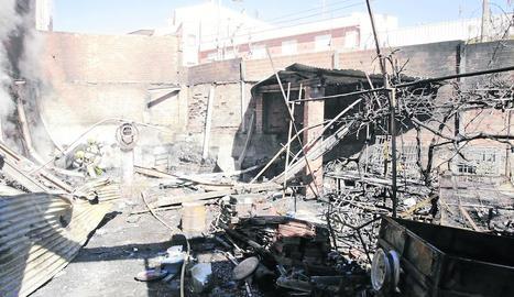 Imatge de la finca de Juneda després de l'incendi, que va destruir l'interior d'una caseta.