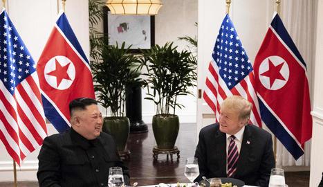 El líder nord-coreà, Kim Jong-un, i el president dels EUA, Donald Trump, durant la cimera d'ahir.