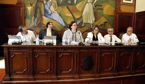 La presidenta i els vicepresidents de la Diputació de Lleida vestits de blanc durant el ple en protesta pel judici del 'procés'.