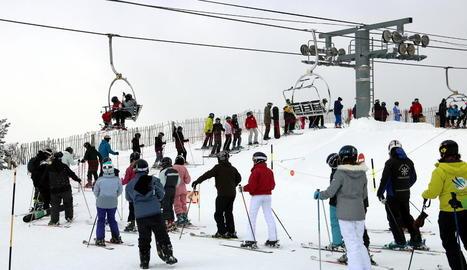 Cua d'esquiadors davant d'un telecadira a Port Ainé el mes de gener passat.