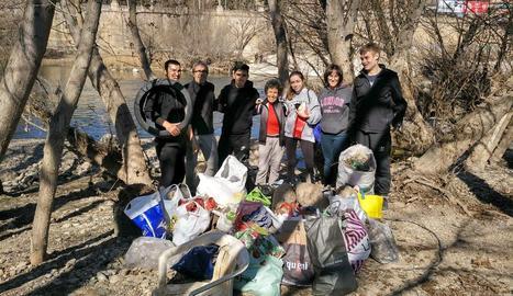 Membres de l'ONG Osmon amb les escombraries recollides ahir.