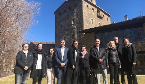 La consellera Borràs i autoritats locals i comarcals, ahir davant del Palau Abacial del Pont de Suert.