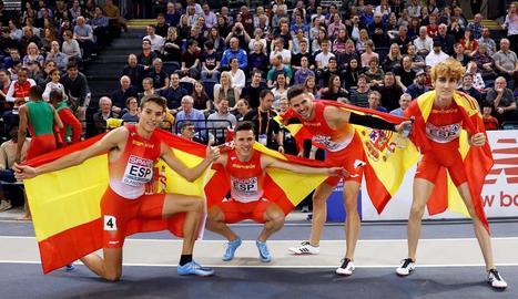 El lleidatà Bernat Erta, a la dreta, celebra amb els seus companys la medalla de plata a Glasgow.