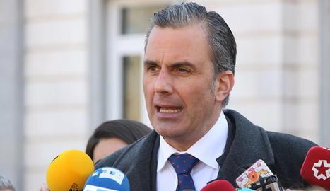 Pla mitjà de l'advocat i secretari general de Vox, Javier Ortega Smith, en una atenció als mitjans a la porta del Tribunal Suprem, el 14 de febrer de 2019
