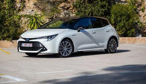 És el primer Toyota que ofereix dos motors híbrids elèctrics autorecarregables.