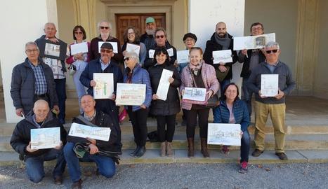 Els participants a la trobada del Castell del Remei de dissabte passat, mostrant les seues creacions.