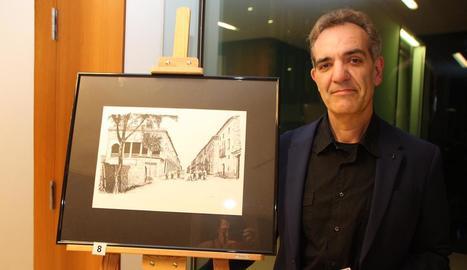 L'artista Óscar Lalana, al costat d'un dels seus dibuixos de l'Almacelles d'un segle enrere.