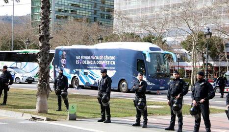 El polèmic autobús antifeminista, ahir a Barcelona.