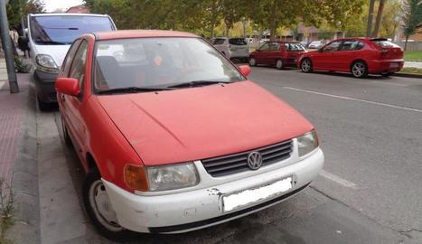 Un dels cotxes que s'han retirat de la via pública de Fraga.