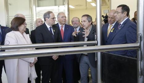 Les autoritats, escoltant les explicacions del subdirector de Veterinària, Joaquim Balcells.