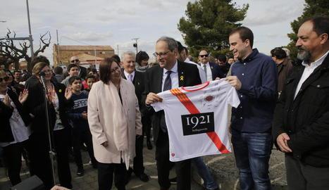 Membres de l'equip de futbol de Bellaguarda van entregar a Torra una samarreta i el carnet de soci.