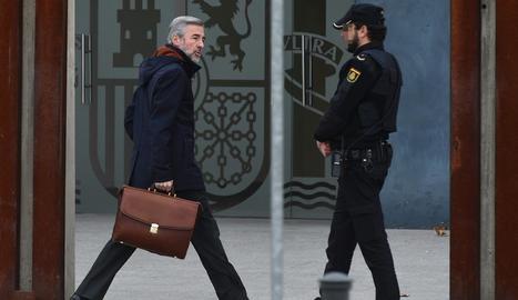 Ángel Acebes, quan arribava ahir als jutjats.