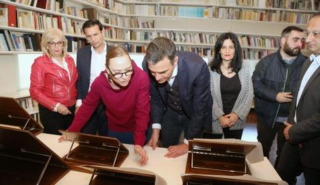 La neboda de García Lorca, Laura, ensenya a Granada part del llegat del poeta a Pedro Sánchez.