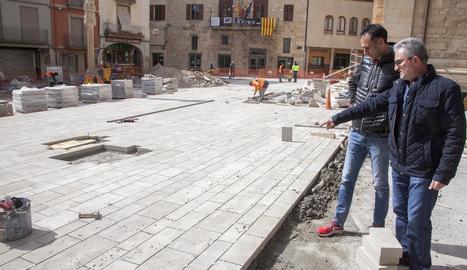 La visita d'obres als treballs per reformar la plaça Major de Tàrrega.