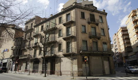 L'edifici entre Prat de la Riba i Príncep de Viana.