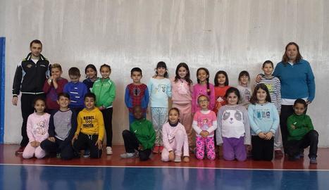 Grup d'alumnes de l'escola Ignasi Peraire que han participat en el programa de promoció del CTT Mollerussa. A la dreta, un dels exercicis d'habilitat.