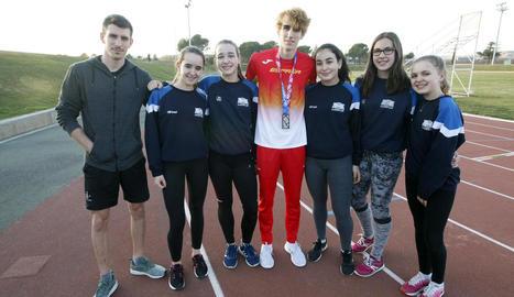 Bernat Erta posava amb la seua medalla ahir a les pistes de les Basses al costat d'un grup d'atletes.