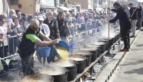 L'àpat es cuina en foc de llenya i olles de coure.