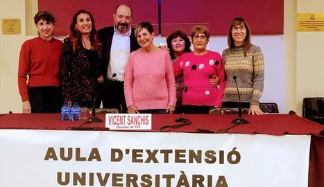 Vicent Sanchis amb Maite Andrés i membres de la junta de l'associació.