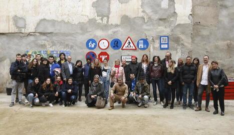 Els participants del mural que representa els drets dels ciutadans i que es va instal·lar al carrer Cavallers.