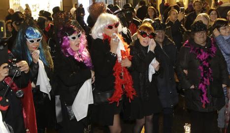 El seguici funerari del Rei del Carnaval, ahir a l'Eix Comercial.