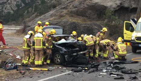 Imatge d'un dels tres vehicles implicats en l'accident múltiple d'ahir a Gerri de la Sal.