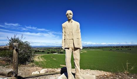 Imatge de l'escultura de Manuel de Pedrolo, obra d'Enric Porta Sàrries, instal·lada ja a l'Aranyó.