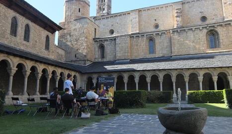 Foto de família dels responsables del projecte de candidatura, ahir durant la presentació a la Casa de la Vall d'Andorra.