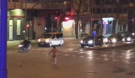 L'home corrent nu i a la dreta, en el moment en què va ser reduït.