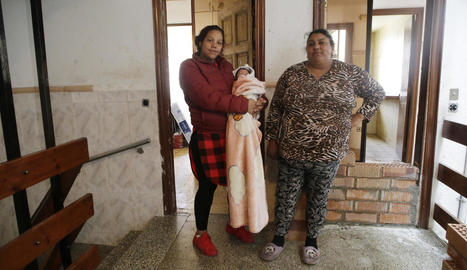 La família que viu en un pis dels blocs Gaspar de Portolà a la qual ahir es va paralitzar el desnonament.