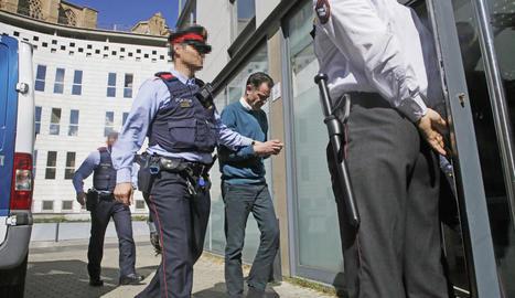 José Antonio Ortiz Cambray, emmanillat, ahir abans de la compareixença a l'oficina d'atenció de la víctima al Canyeret.