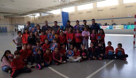 Els impulsors del projecte amb un grup d'alumnes de l'escola Mare de Déu d'Alcoletge.