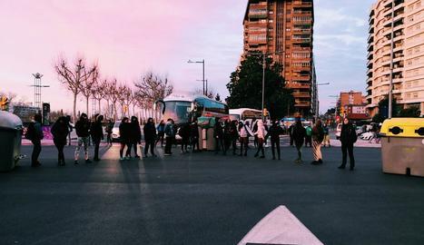 Els piquets del 8 març tallen l'encreuament del pont de la Universitat