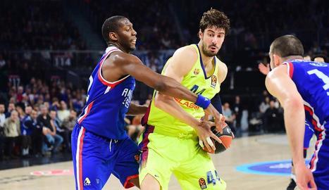 El pivot Ante Tomic intenta penetrar davant d'un jugador de l'Efes.