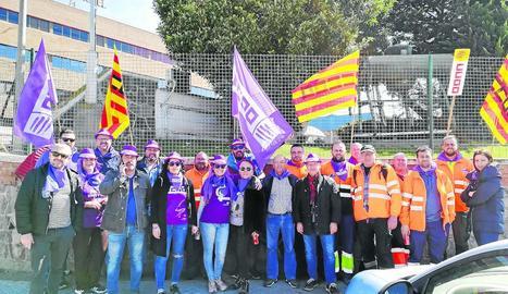 Piquet davant les instal·lacions de San Miguel a Lleida, ahir.