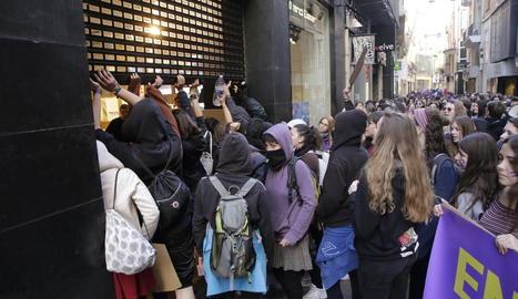 Els piquets protestant davant d'una botiga de l'Eix.
