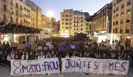 La plaça Sant Joan, final de la manifestació convocada per Marea Lila, a vessar.